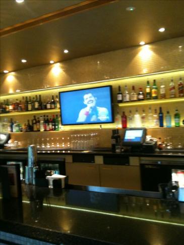 Freddie na ekranie w niemieckim barze