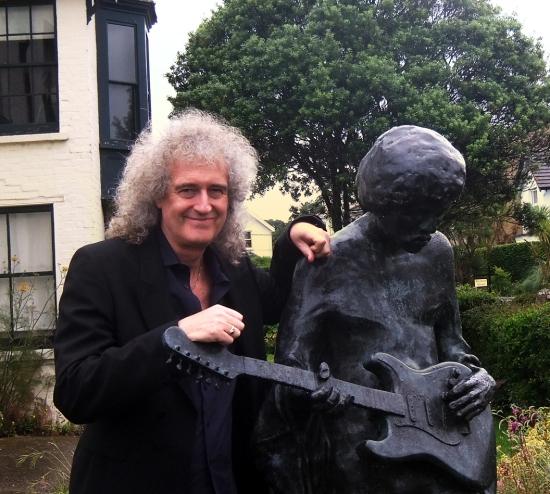 Brian May przy pomniku Jimiego Hendrixa