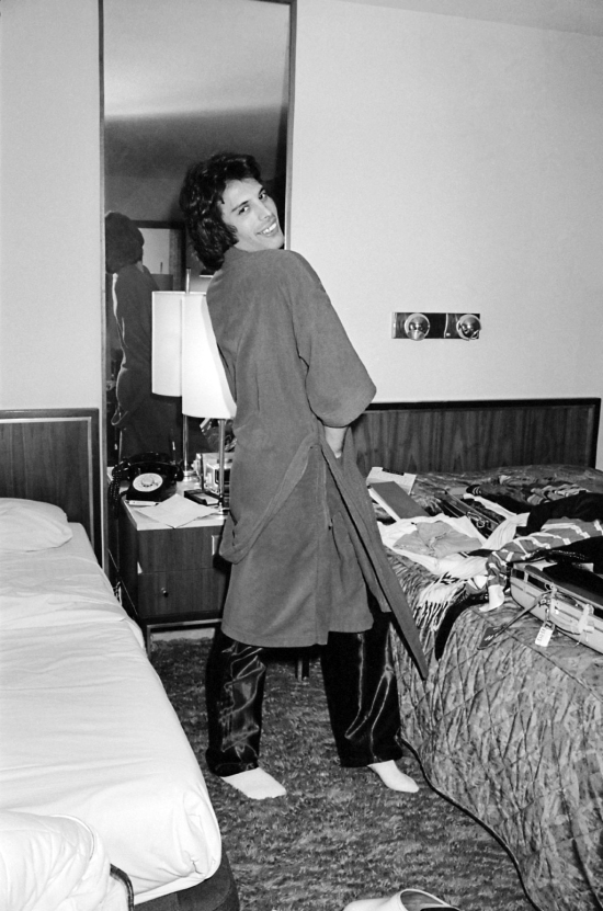 Freddie Mercury in a bedroom during a tour, circa 1977 (6)