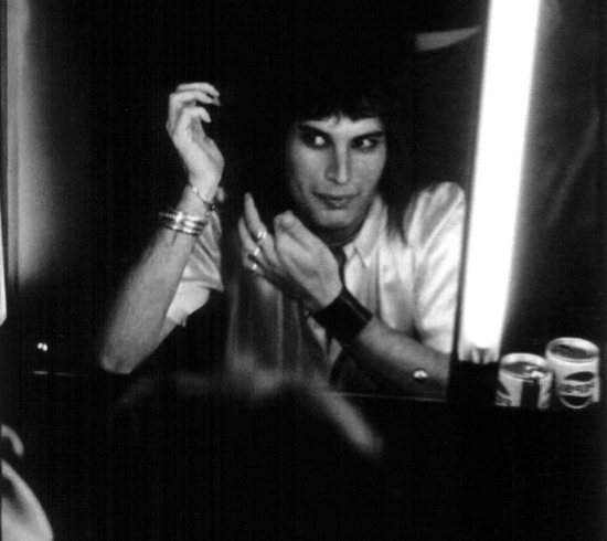 freddie-mercury-in-wardrobe-2