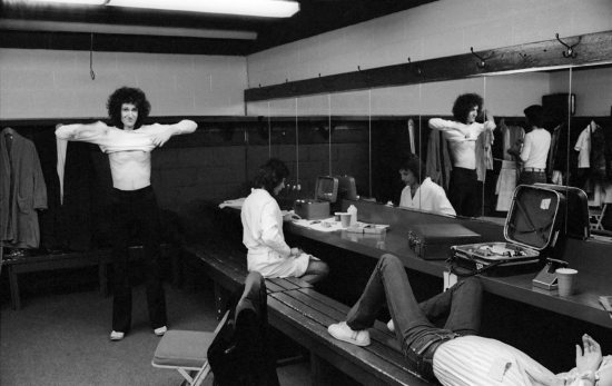 queen-backstage-at-the-montreal-forum-26th-january-1977