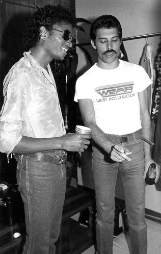 freddie-mercury-michael-jackson-photo-in-19801