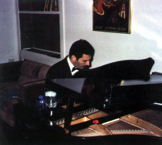 freddie-mercury-playing-the-piano