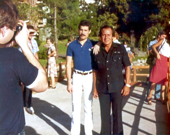 freddie-mercury-with-fan-002