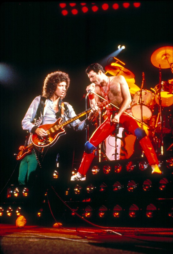 brian-may-and-freddie-mercury-on-stage-in-early-80s
