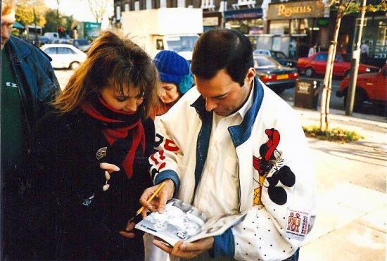 freddie-mercury-signing-autograph