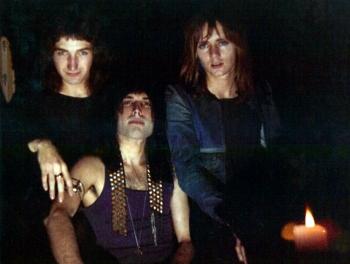 Jedno z pierwszych zdjęć Queen z Johnem