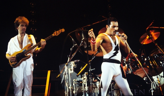 john-deacon-and-freddie-mercury-at-wembley-arena-london-1984