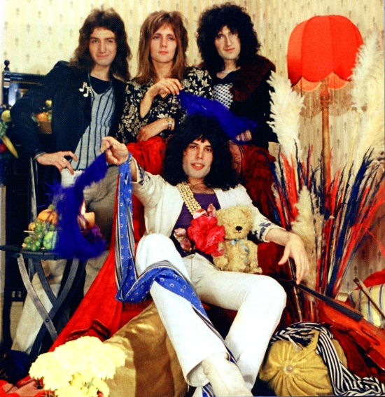 """Pierwsza sesja Queen w mieszkaniu Freddiego przy Victoria Roads, zespół otoczony jest przez """"artefakty"""" Biby; Londyn, 1973 r.; fot.: Douglas Puddifoot"""