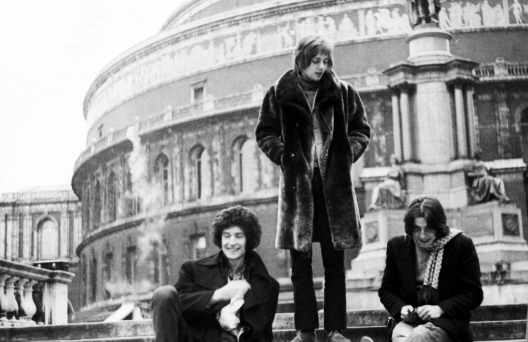 Smile przed Royal Albert Hall: Brian May, Roger Taylor i Tim Staffel; Londyn, 27 lutego 1969 r.; fot.: Doug Puddifoot