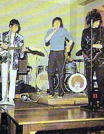 Jedno z późniejszych zdjęć 1984, w środku Tim Staffel, po prawej stronie Brian May