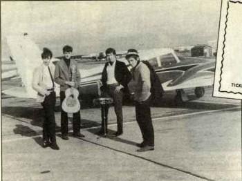 1984, Brian drugi od lewej (trzyma gitarę); Lotnisko w Hertfordshire, 1964 r.