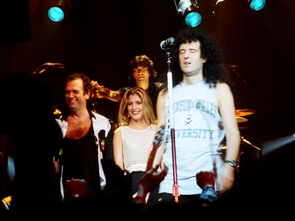 Spike Edney, Cozy Powell (z tyłu), Cathy Porter i Brian May podczas koncertu, 1993 r.; fot.: Steve Latham