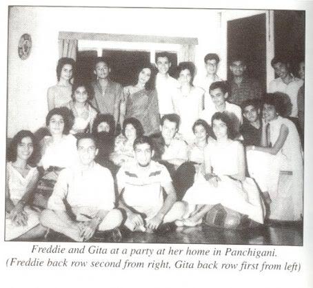 Freddie i Gita na przyjęciu w jej domu w Panchgani (Freddie - tylny rząd, drugi od prawej; Gita - tylny rząd, pierwsza od lewej)