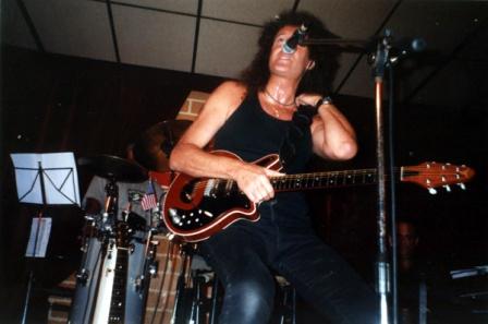 Brian May (tym razem z Red Special), Rzym, 5 czerwca 1998 r.; fot.: queenconcerts.com