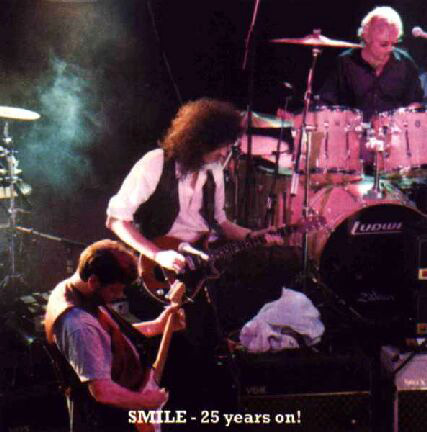Reunion Smile: Tim Staffell, Brian May i Roger Taylor w Marquee Club, 22 grudnia 1992 r.; fot.: queenconcerts.com