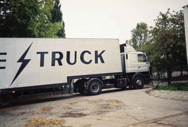 Ciężarówka przewożąca sprzęt The Brian May Band; fot.: Rafał Sobczyk