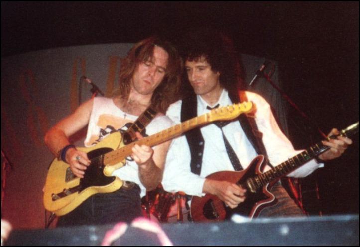 Clayton Moss i Brian May, świąteczny koncert The Cross, 4 grudnia 1988 r.; fot.: queenconcerts.com