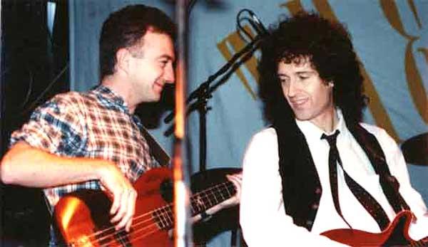 John Deacon i Brian May, świąteczny koncert The Cross, Londyn, 4 grudnia 1988 r.; fot. queenconcerts.com