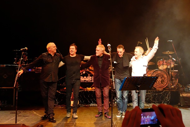 The Cross, od lewej: Spike Edney, Peter Noone, Roger Taylor, Joshua J. Macrae, Clayton Moss; Guildford, 7 grudnia 2013 r.; fot.: queenconcerts.com