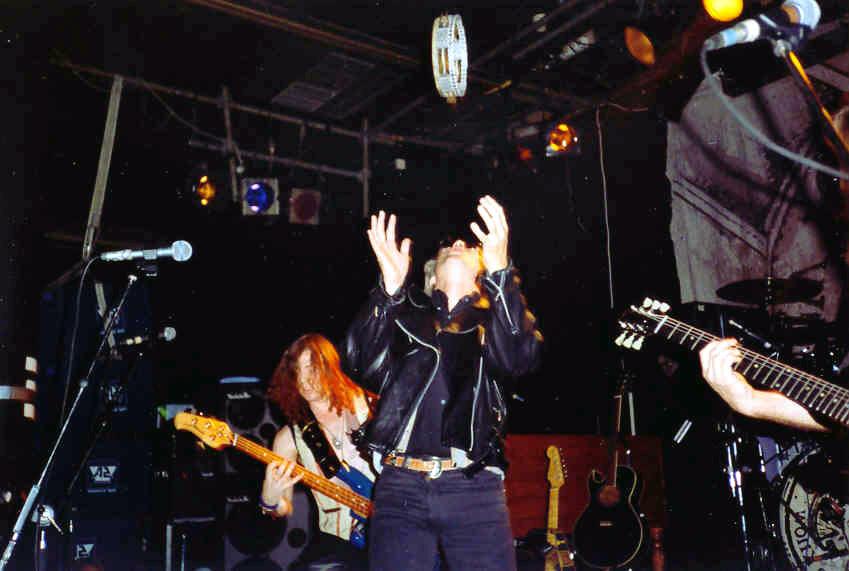 Ciekawe czy tym razem Rogerowi udało się złapać tamburyn, czy też tradycyjnie poległ ;); Amsterdam, 29 maja 1990 r.; fot.: queenconcerts.com