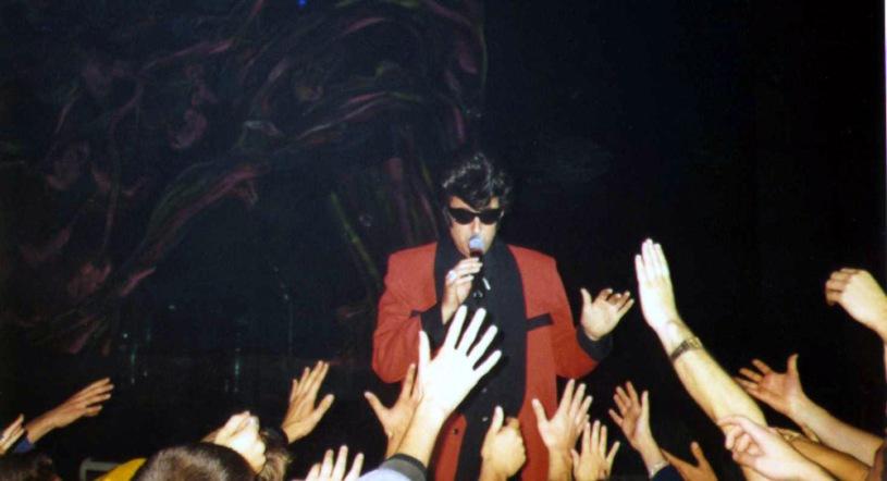 T. E. Conway otoczony przez fanów, 22 października 1998 r., Praga; fot.: queenconcerts.com