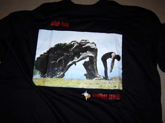 Koszulka z trasy Another World, przód; fot.: queenconcerts.com