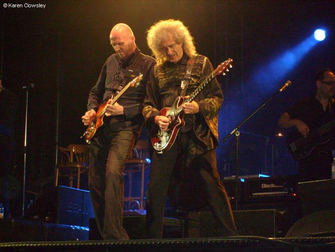 Jamie Humphries i Brian May, Cranwell, 16 lipca 2011 r.; fot.: Karen Clowsley, źródło: queenconcerts.com