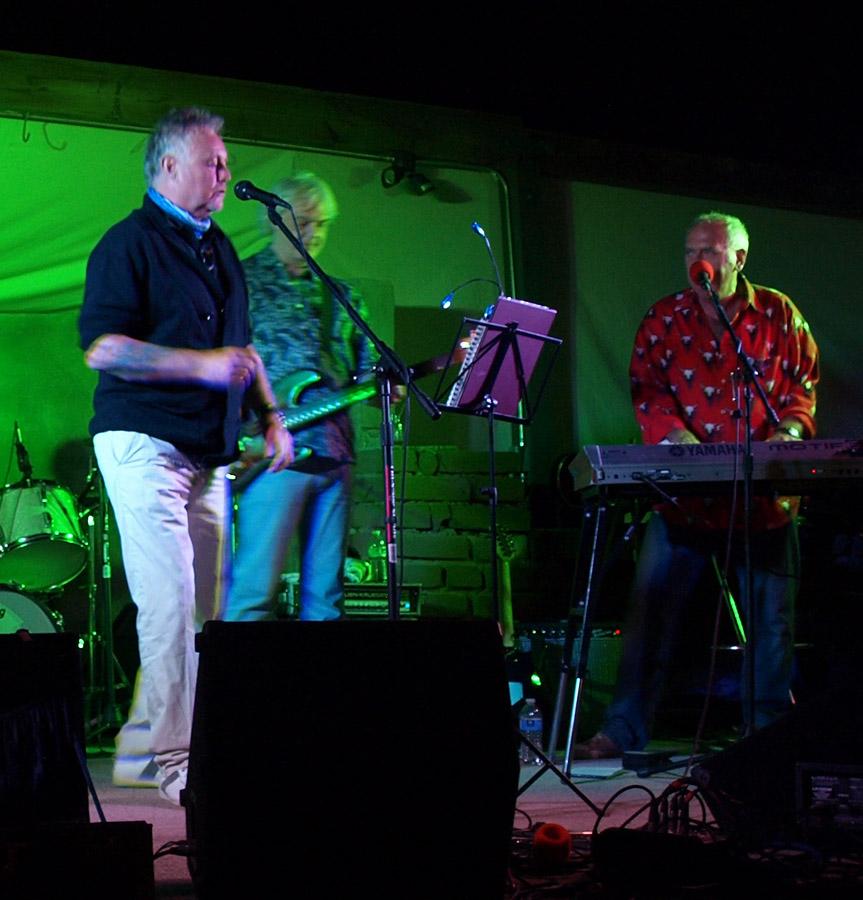 60-tka Spike'a, Roger Taylor, Neil Murray i Jubilat; Pioneertown, USA; fot.: queenconcerts.com