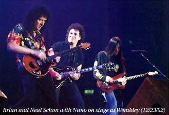 Brian, Neal Schon i Nuno Bettencourt podczas świątecznego koncertu Extreme; fot.: queenconcerts.com