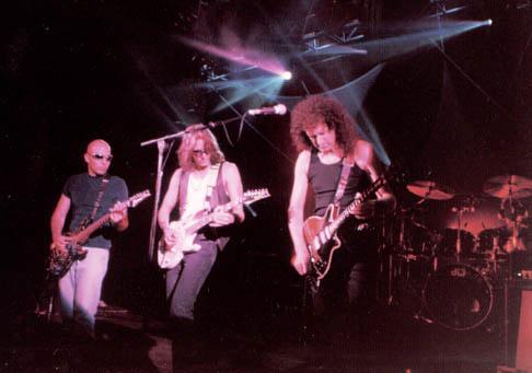 G3: Joe Satriani, Steve Vai, Brian May, 5 czerwca 1997 r., Londyn; fot.: queenconcerts.com