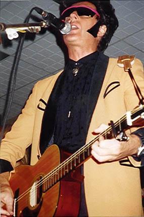 T. E. Conway podczas koncertu SAS Band, Chiddingfold, 12 grudnia 1998 r.;  fot.: queenconcerts.com