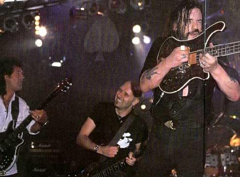 Niespotykany widok, gdy Brian i Lemmy dzielą wspólną scenę. Brixton Academy, 22 października 2000 r.; fot.: queenconcerts.com