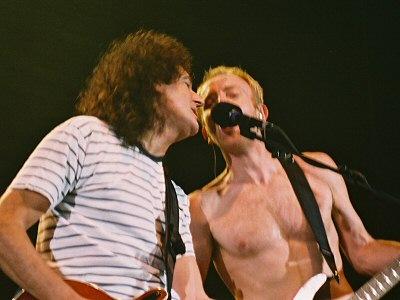 Brian i Phil Collen  podczas koncertu Def Leppard, Hammersmith Apollo, 31 października 2003 r.; fot.: queenconcerts.com