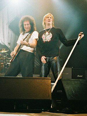 Brian i Joe Elliot  podczas koncertu Def Leppard, Hammersmith Apollo, 31 października 2003 r.; fot.: queenconcerts.com