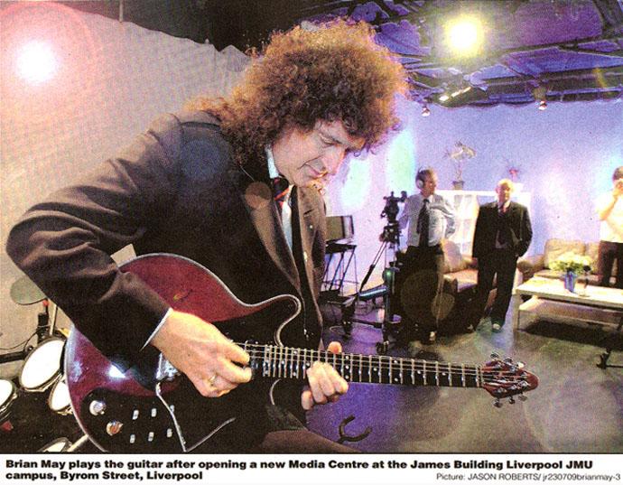 Brian May podczas otwarcia centrum multimedialnego na Uniwersytecie Johna Mooresa w Liverpoolu, 23 lipca 2009 r.; fot.: Jason Roberts