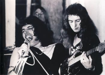 "Imperial College, 26 października 1973 r.;  fot.: Mick Rock - ""Killer Queen""; źródło: queenlive.ca"