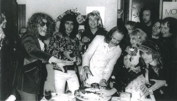 Queen i Mott The Hoople za kulisami koncertu w Oxfordzie, 20 listopada 1973 r.; fot.: queenlive.ca