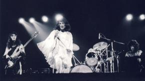 "Rainbow Theatre, Londyn, 31 marca 1974 r.; fot.: Mick Rock - ""Killer Queen""; źródło: queenlive.ca"