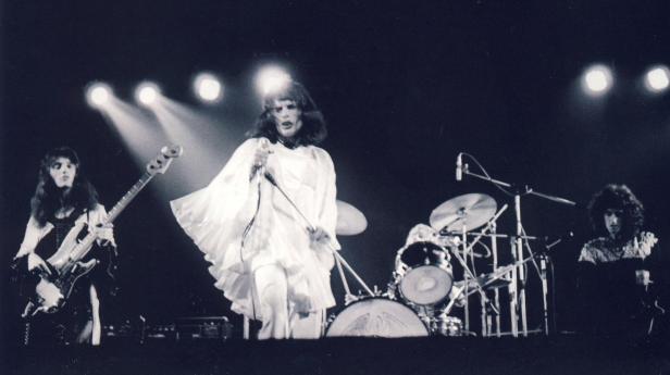 "Rainbow Theatre, Londyn, 31 marca 1974 r.; fot.: Mick Rock - ""Killer Queen""; źródło: queenlive.ca"