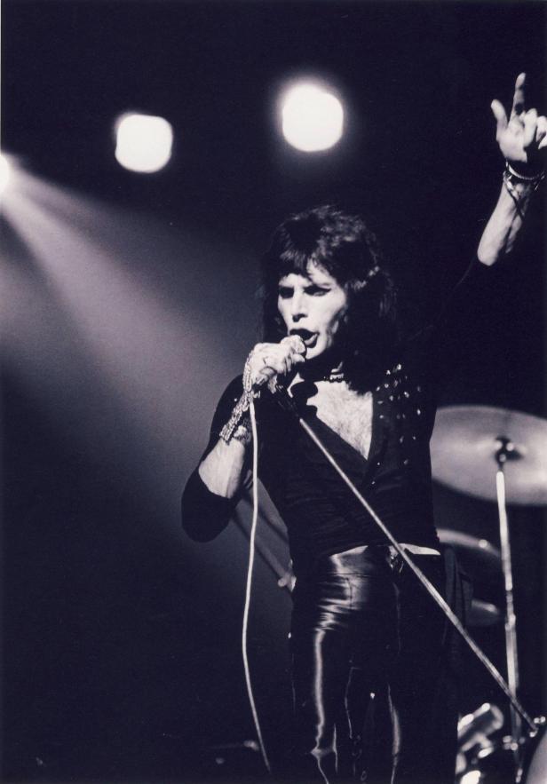 """Live at the Rainbow, 31 marca 1974 r.; fot.: Mick Rock - """"Killer Queen"""", źródło: queenlive.ca"""