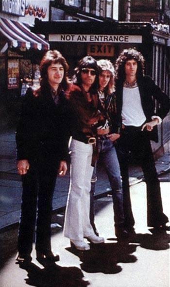 """Queen w Bostonie, 26 kwietnia 1974 r., pod wdzięcznym napisem: """"Nie wejście. Wyjście"""" ;); fot.: queenlive.ca"""