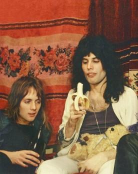 Bezcenne zdjęcie ;); Pierwsza sesja Queen w mieszkaniu Freddiego przy Victoria Roads, zespół otoczony jest przez