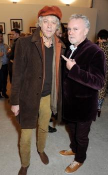 """Sir Bob Geldof i Roger Taylor; wystawa fotograficzna Nikolaia Von Bismarcka - """"In Ethiopia""""; Londyn, 3.12.2013 r."""